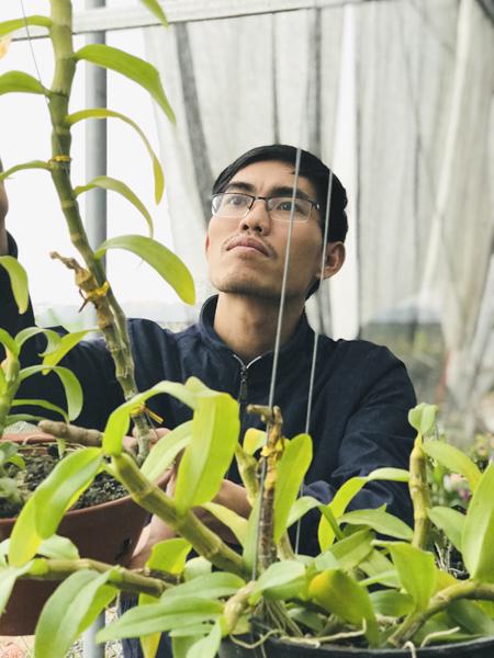 Anh Hồng có 15 năm kinh nghiệm trồng lan, trong đó có 5 năm chơi lan đột biến. Ảnh: Hải Hiền.