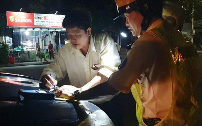 Tài xế Nguyễn Đình Sơn (45 tuổi, phường An Mỹ, TP Tam Kỳ, Quảng Nam) bị tạm giữ ôtô và xử phạt 17 triệu đồng, tước giấy phép lái xe 11 tháng dovi phạm nồng độ cồn. Ảnh: Đắc Thành.