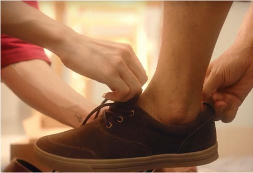 Đức Phúc mang đôi giày vào đôi chân chai sạn cho cha, cảm thấy đây mới là lúc mình thực sự trưởng thành.