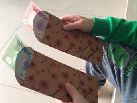 Jun Mo đã rất xấu hổ khi những đứa cháu của người yêu so sánh tiền mừng tuổi năm trước với năm nay. Ảnh: M.T.