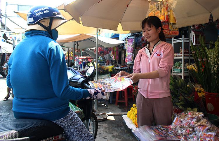 Sáng 16/1 (22 tháng Chạp), nhiềungười đã mua sắn đồ cúng lễ ông Táo về trời. Ảnh: Phan Diệp.