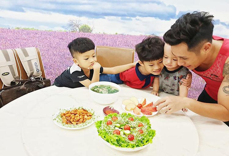 Chị Hương là người nấu nướng những món ăn ngon, còn chồng chị sẽ tắm, hướng dẫn các con ăn, sau đó rửa bát, lau nhà. Ảnh: Nhân vật cung cấp.