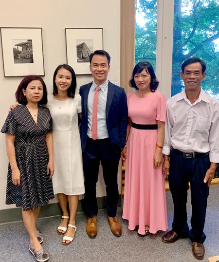 Quang và Chi kết hôn tại toà án thành phố Seatle, tháng 9/2019, bên bố mẹ. Ảnh: Q.C.