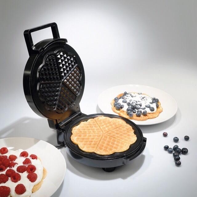 Máy nướng bánh Waffle Tiross TS1384 thiết kế kiểu dáng nhỏ gọn, làm từ chất liệu cao cấp. Mặt ngoài sáng bóng, bền đẹp. Bề mặt nướng được phủ lớp chống dính cao cấp, giúp bánh làm ra đẹp, dễ dàng vệ sinh máy sau khi sử dụng. Núm điều khiển dễ dàng với 5 mức công suất, máy tự động ngắt khi đủ nhiệt, an toàn khi sử dụng. Sản phẩm có giá 574.750 đồng trên Shop VnExpress.