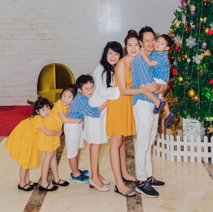 Lý Hải - Minh Hà là một trong những gia đình sao Việt hưởng ứng trào lưu Ôm để gắn kết.