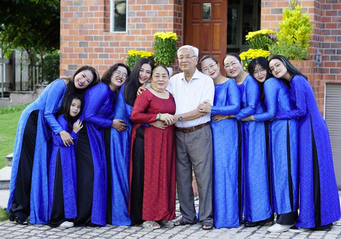 Ôm để gắn kết là cách MC Quỳnh Hương trao gửi yêu thương tới các thành viên trong gia đình.