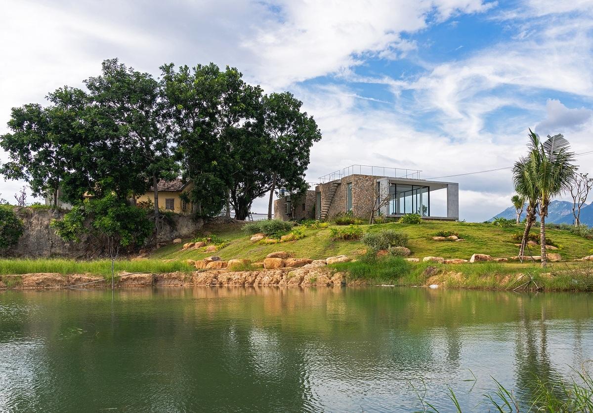 Ngôi nhà nửa nổi nửa chìm trên đồi đá