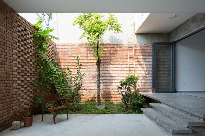 Góc bên hông là một mảng tiểu cảnh nhỏ để trồng cây