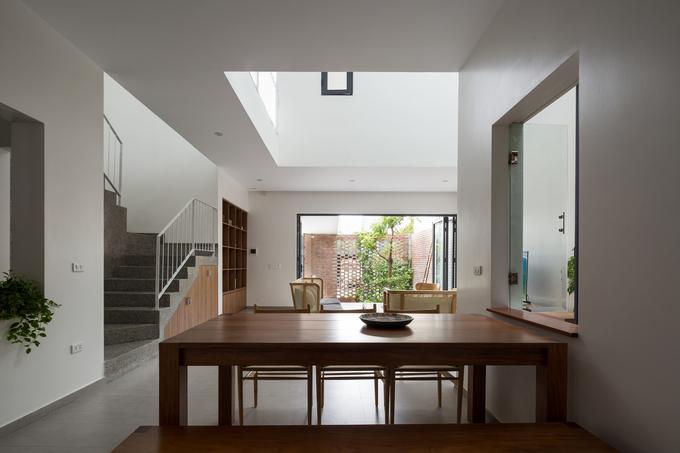 Phòng bếp thông với phòng khách nhìn thẳng ra ngoài sân
