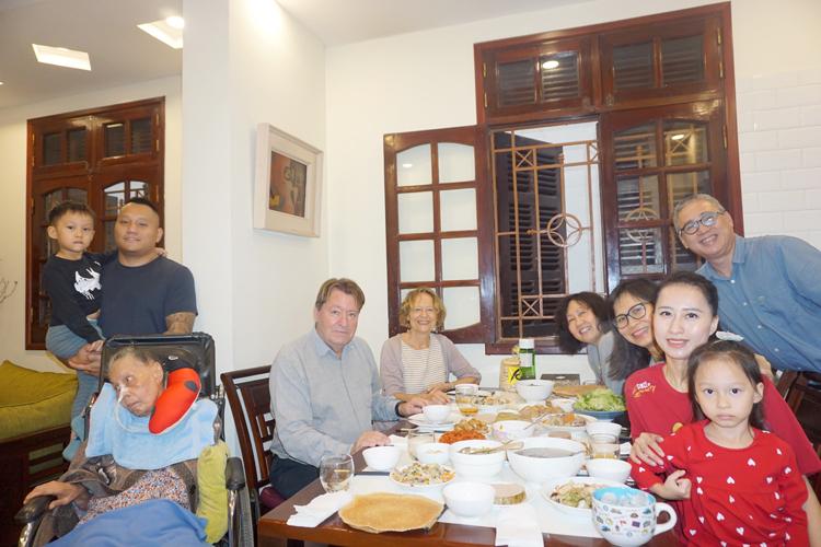 Đại gia đình bác sĩ Xiêm đón tiếp vợ chồng bà Marie trưa 30 Tết. Ảnh: Lê Đình Lộc.