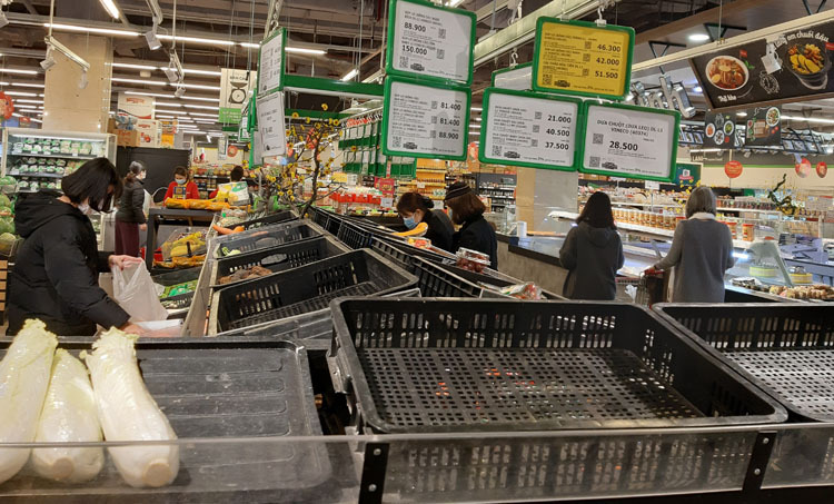 Quầy rau, củ ở siêu thị trên phố Trần Đăng Ninh, quận Cầu Giấy lúc 13h ngày 3/2. Ảnh: Phạm Nga.