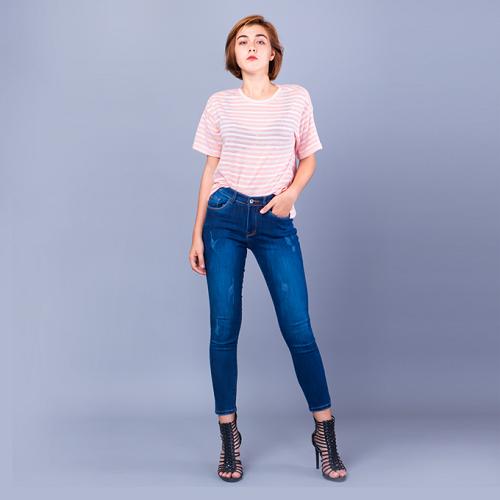 Áo hồng sọc trắng kết hợp cùng quần jean và giày cao gót dây tôn cá tính người mặc.