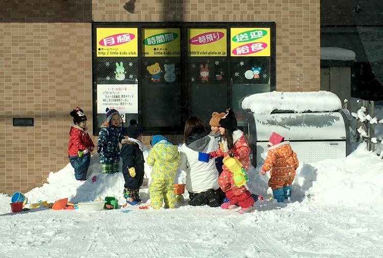 Trường mẫu giáo của con Nhiêu Trang ra chơi tuyết, không khẩu trang sáng 3/2, trong khi tại Nhật có 20 người dương tính với nCoV. Ảnh: NVCC.