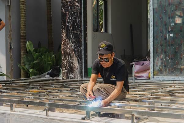 Thợ làm khung xương sàn gỗ hồ bơi.