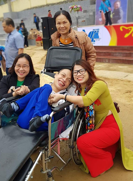 Đỗ Hà Cừ và mẹ, chụp ảnh cùng những người bạn trong chuyến tham dự giải thưởng tình nguyện quốc gia tại Bảo Lạc, Cao Bằng năm 2019. Ảnh: Nhân vật cung cấp.