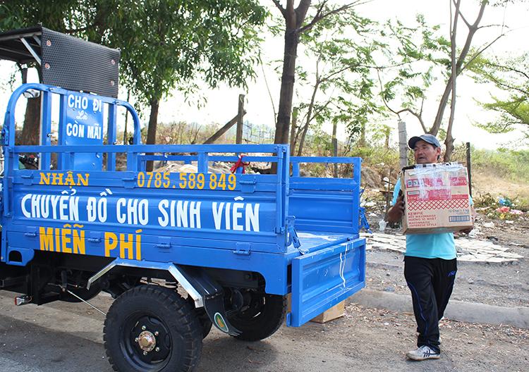 Chiếc xe ba gác ông Minh mua với giá hơn 40 triệu đồng để chở đồ chuyển nhà giúp sinh viên sau 17h mỗi ngày. Những dòng chữ trên xe được một thợ sơn từ quận Bình Thạnh xuống Làng đại học viết giúp ông. Ảnh: Diệp Phan.