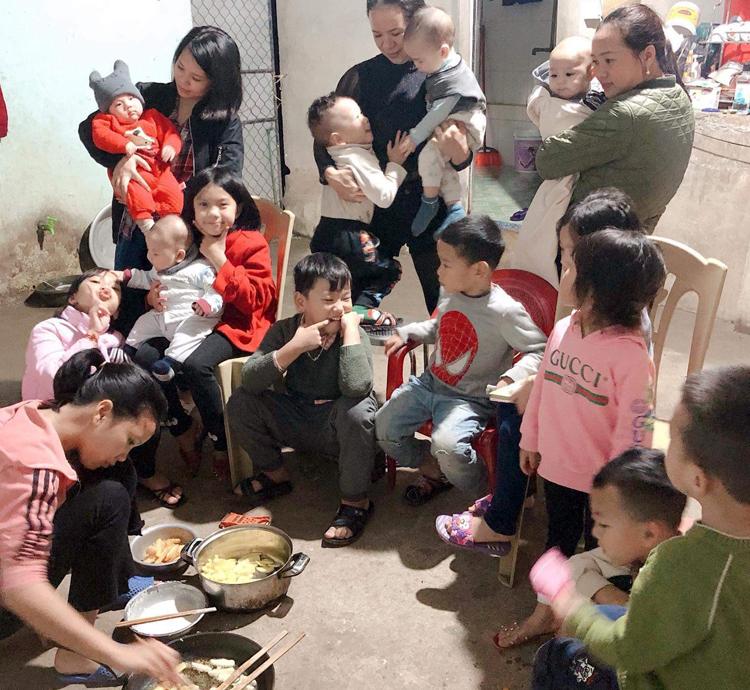 Buổi tối quây quần bên chảo bánh khoai, bánh chuối của gia đình đông con, cháu. Ảnh: Lily Võ.