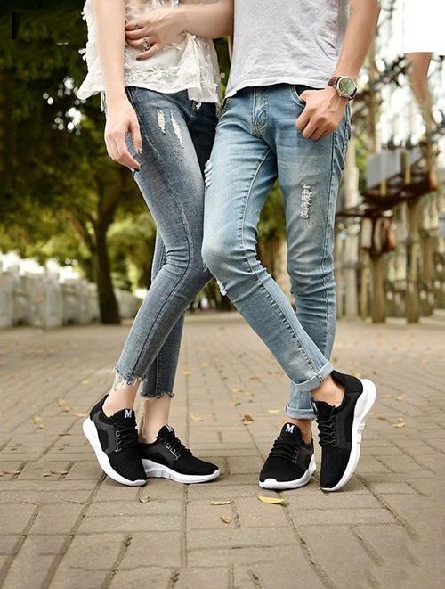 Giày sneaker đôi Rozalo RZ8011BW có tông đen chủ đạo, thích hợp làm quà cho tình nhân. Thiết kế làm từ chất liệu vải bền chắc, mũi giày tròn, đế bằng cao su tổng hợp và xẻ rãnh chống trơn trượt. Sản phẩm đang giảm 24% trên Sgop VnExpress, còn 183.000 đồng một đôi (giá gốc 279.000 đồng).
