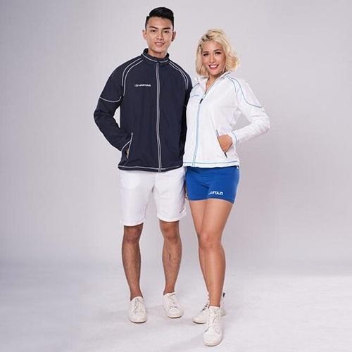 Combo áo khoác đôi thể thao Cordoba có chất liệu polyester, tạo điểm nhấn với thiết kế cổ trụ với những đường viền phối màu ở vai và tay áo. Áo trang bị hai túi với khóa kéo, màu sắc thanh lịch dễ kết hợp với nhiều set đồ khác nhau. Sản phẩm có giá 1,98 triệu đồng