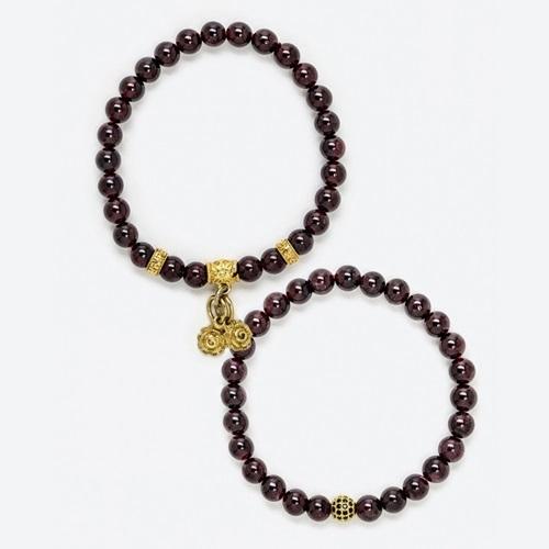 Vòng tay phong thủy đôi được nhiều đôi uyên ương tìm mua trong dịp valentine. Thiết kế phối đá garnet với charm xi vàng. Nên lau chùi vòng thường xuyên bằng vải mềm. Sản phẩm đang giảm 30% trên Shop VnExpress, còn 600.000 đồng một đôi (giá gốc 860.000 đồng).