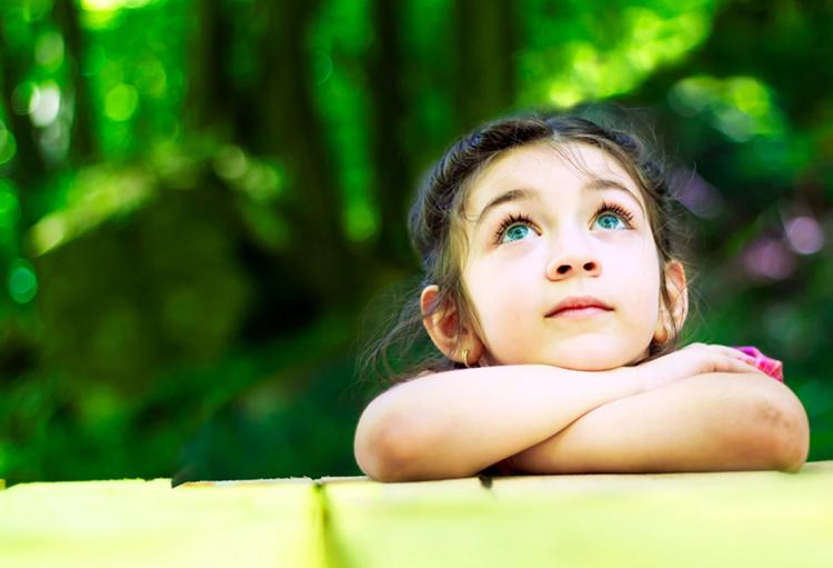 Trẻ em luôn tò mò về mọi thứ và cha mẹ nên hướng dẫn để chúng tìm hiểu chứ không nên trả lời mọi câu hỏi của con. Ảnh: iStock