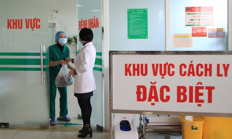 Chị Quyên trao bánh của một người dân tặng cho khoa Cấp cứu, trưa 7/2. Ảnh: Phan Dương.