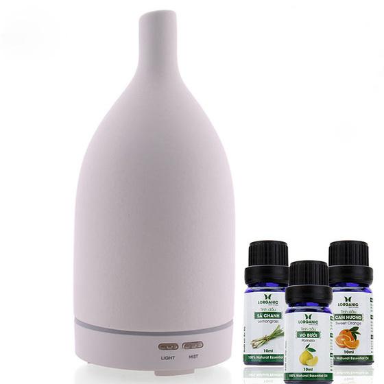 Máy xông khuếch tán tinh dầu FX2015 làm từ gốm sứ và nhựa, khả năng khuếch tán tốt trong không gian 40 - 60 m2, có các chế độ hẹn 1 - 2h hoặc hoạt động 30 giây nghỉ 30 giây và tự tắt khi hết nước. Ba lọ tinh dầu gồm sả chanh, bưởi, cam, mỗi lọ 10 ml, có khả năng kháng khuẩn, xua đuổi côn trùng, tạo hương thơm khử mùi, tốt cho đường hô hấp. Bộ combo có giá 980.000 đồng, giảm 44% còn 550.000 trên Shop VnExpress.