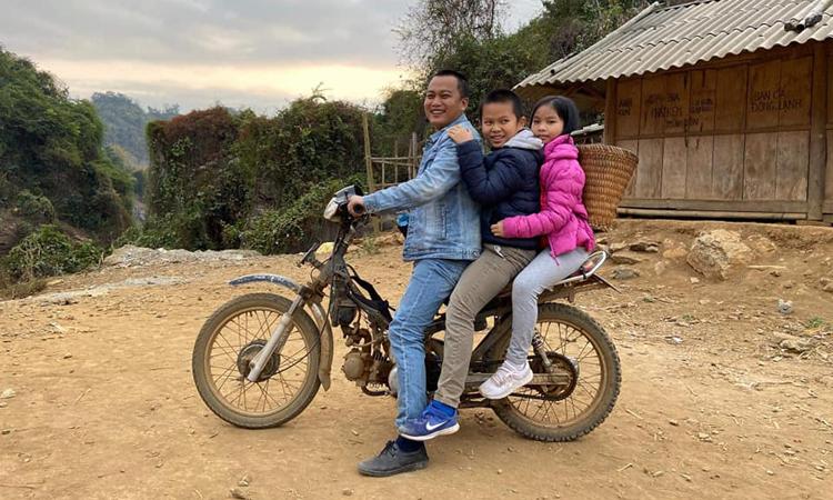 Hai bạn Minh Tú và Minh Giáp đến điểm trường bản Pá Po, dự khánh thành ngôi trường hai bạn góp tiền vào xây dựng cho các bạn nhỏ vùng cao. Ảnh: Nhân vật cung cấp.