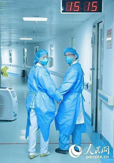 Rất gần nhưng cũng rất xa là tình cảnh vợ chồng bác sĩTu Shengjin và Cao Shan trong mùa dịch. Ảnh: People.
