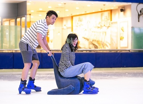 Cặp đôi có thể cùng nhau vui chơi, mua sắm tại Trung tâm thương mại.