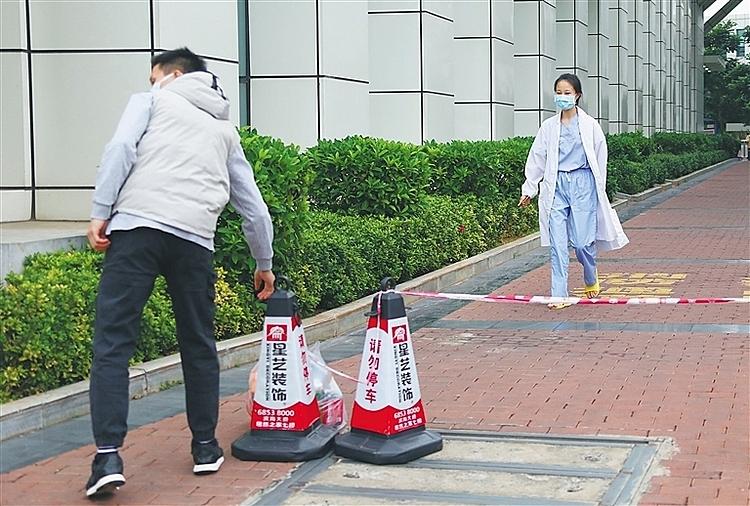 Để đảm bảo anh toàn cho bạn trai, Gu bảo anh đứng cách xa mình. Ảnh: Chinanews.