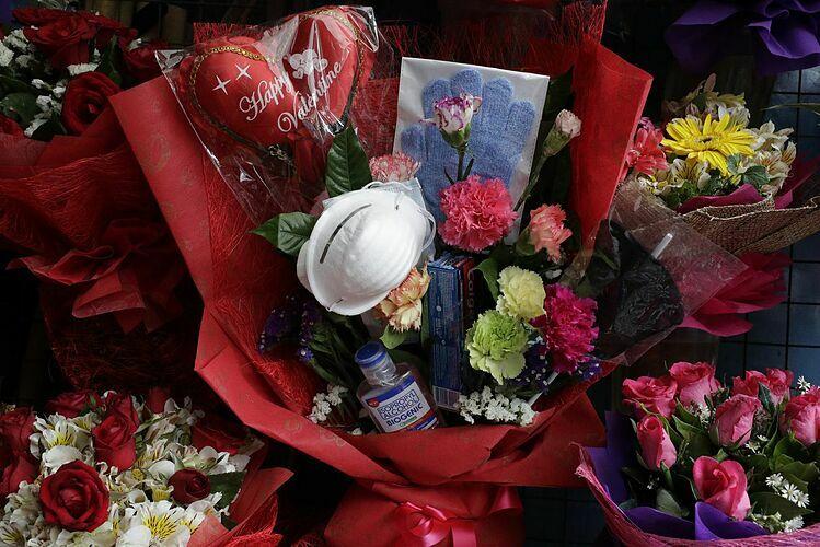 Bó hoa chống nCoV của Mary Jane. Ảnh: wsoctv.