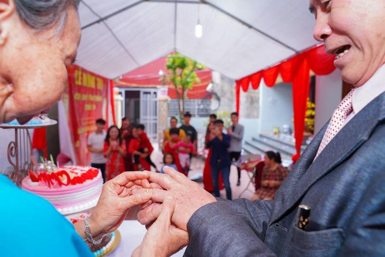 Đám cưới vàng của ông Thắng và bà Thịnh có phần trao nhẫn cưới, cắt bánh, dưới sự cổ vũ của con, cháu, chắt - những thứ mà 50 năm trước, họ không có trong hôn lễ của mình. Ảnh: Nhân vật cung cấp.