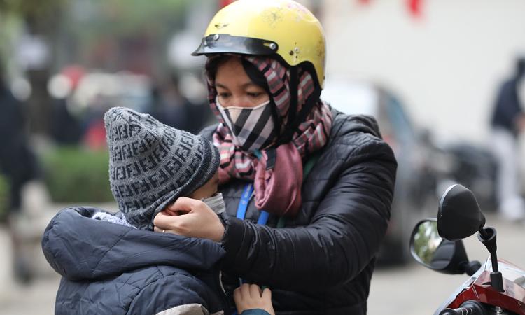 Một phụ huynh học sinh tại Hà Nội đưa con đến trường ngay sau kỳ nghỉ Tết nguyên đán 2020. Ảnh: Ngọc Thành.