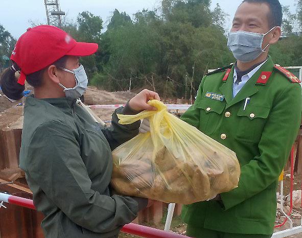 Người Sơn Lôi mang quà quê 'tiếp tế' cán bộ trực chốt