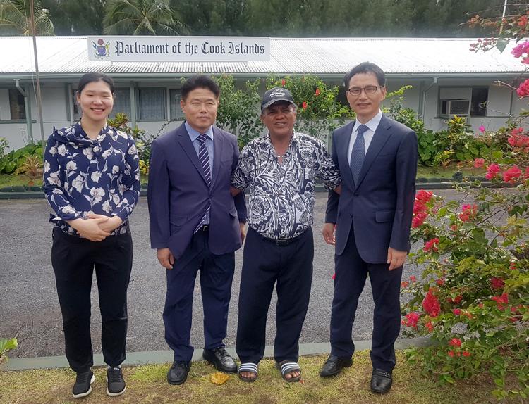 Tiến sĩ Kim (ngoài cùng phải) và Bộ trưởng nội các Cook Islands, ông George Maggie Angene (thứ 2 từ phải sang) vào tháng, năm?. Ảnh: Nhân vật cung cấp.