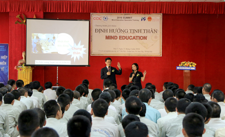 Tiến sĩ Kim tham gia đào tạo tinh thần tại Cơ sở cai nghiện số 7 Hà Nội, tháng 4/2018. Ảnh: IYF.