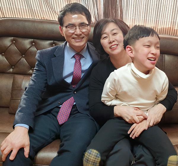 Tiến sĩ Kim bên vợ con chiều 18/2. Ảnh: Nhân vật cung cấp.