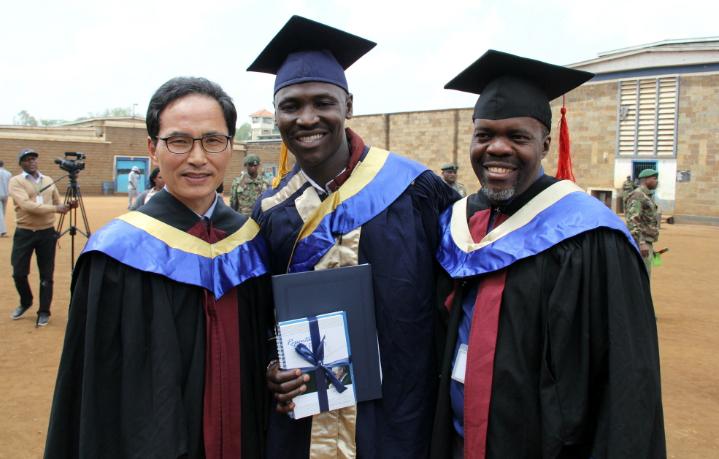 Tiến sĩ Kim Ki Sung (ngoài cùng trái), bên 2 người tù được lựa chọn trở thành giảng viên đào tạo tinh thần ở Kenya, tháng .../2019. Ảnh: IYF.