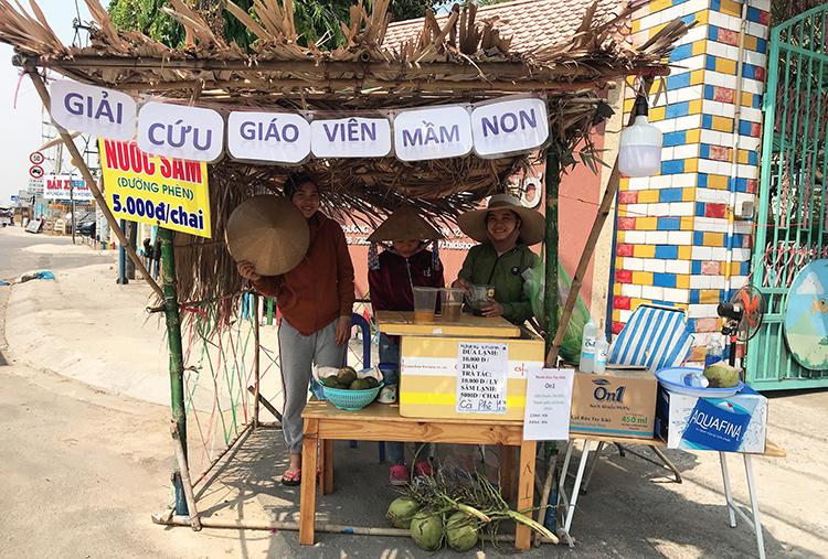 Quán bán nước giải khát của hai cô giáo Kim Anh và Bích Phương ở phường Thạnh Xuân, quận 12, TP HCM. Ảnh: Phan Diệp.