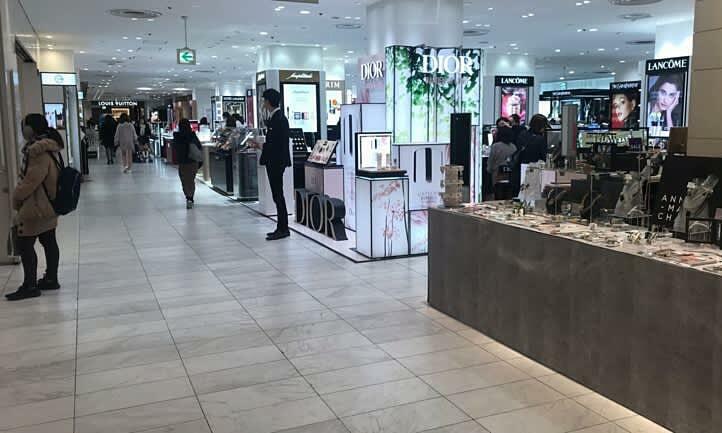 Các trung tâm mua sắm vốn đông người giờ ít khách hơn, dẫn đến giảm doanh thu. Ảnh: Nikkei.