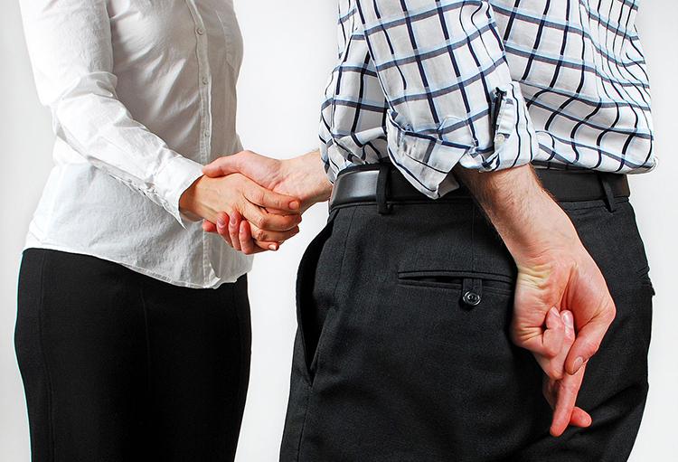 Quan sát ngôn ngữ cơ thể cũng là cách để phát hiện một người không đáng tin cậy. Ảnh: Psychologium.