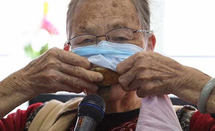 Người Hong Kong vật lộn vì thiếu khẩu trang - ảnh 1