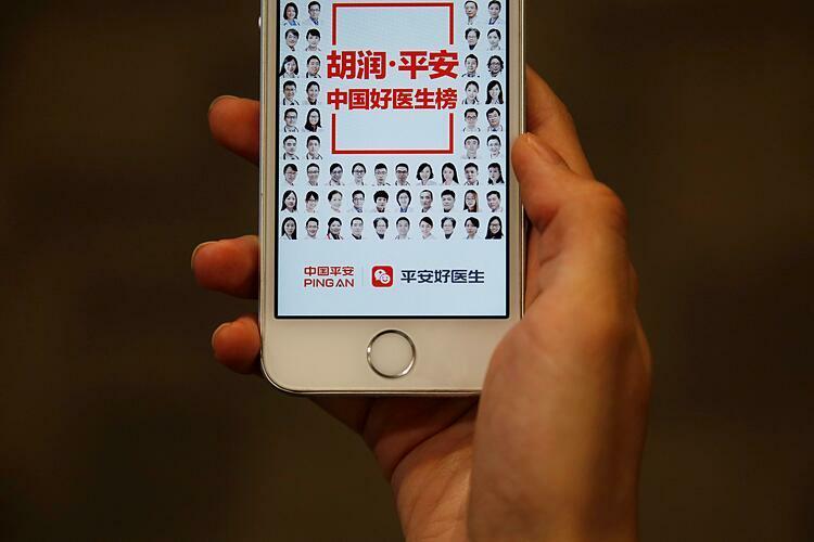 Một người dân Trung Quốc đang truy cập ứng dụng khám bệnh online. Ảnh: Reuters.