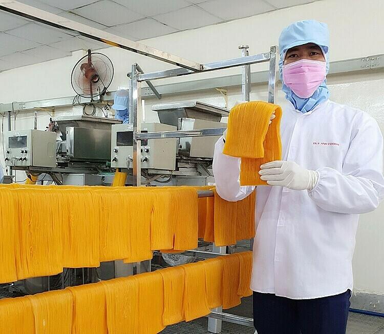 Công thức làm bún dưa hấu gồm: 45% thịt dưa hấu và 55% bột gạo. Dưa hấu sau quá trình xử lý nhiệt có màu vàng cam. Ảnh: Nhân vật cung cấp.