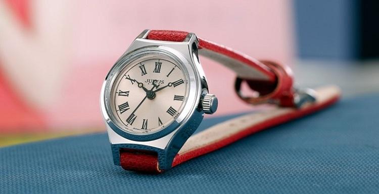 Thương hiệu đồng hồ thời trang Julius đang có ưu đãi hấp dẫn trên Shop VnExpress. Trong ảnh là đồng hồ dây da đỏ, giảm giá đến 50%c còn 459.000 đồng (Giá gốc 918.000 đồng). Đường kính mặt 23 mm, nhỏ gọn, dây đeo thanh mảnh, hợp với cổ tay của nhiều chị em.