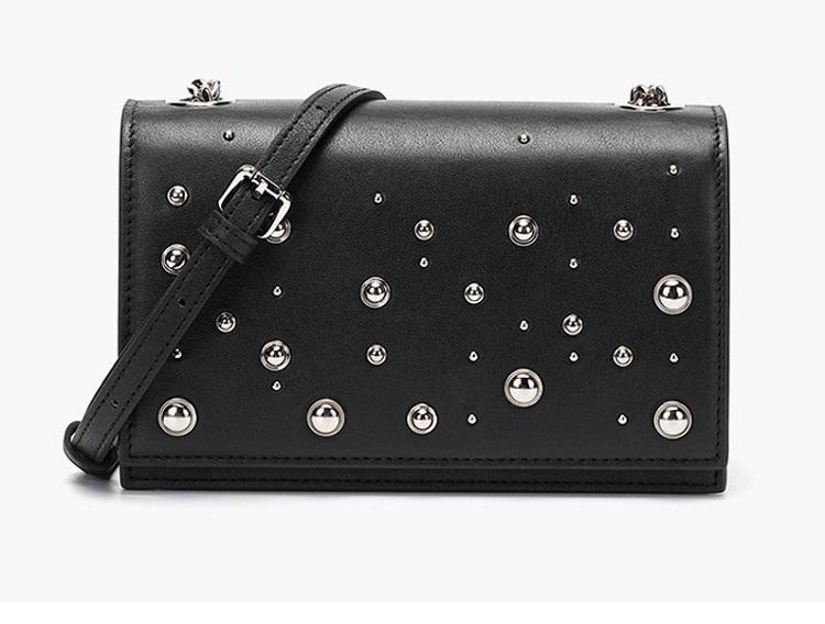 Túi đeo chéo bằng da thật màu đen của thương hiệu Venuco Madrid có kiểu dáng đơn giản, dễ phối với nhiều kiểu trang phục khác nhau. Chi tiết đính đá lấp lánh tạo điểm nhấn, không bị nhàm chán. Sản phẩm có giá ưu đãi 50% trên Shop VnExpress, giảm còn 1,099 triệu đồng. Xem thêm các mẫu túi xách khác của Venuco Madrid tại đây.
