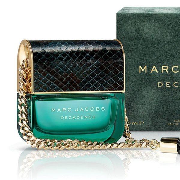 Nước hoa nữ Marc Jacobs Decadence Spray Eau De Perfum có kiểu dáng chai lạ mắt, cách điệu thành hình dáng chiếc túi xách dây đeo kim loại sang trọng. Decadence có hương thơm thuộc nhóm hương hoa cỏ phương Đông. Sản phẩm đang có giá giảm 50% trên Shop VnExpress, còn 1,75 triệu đồng cho chai dung tích 100 ml.