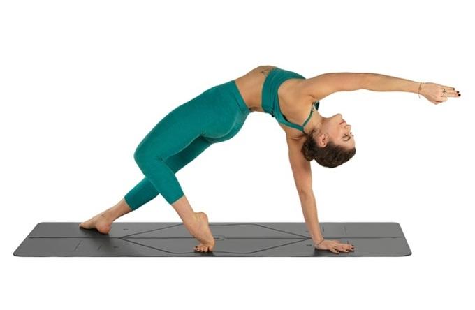 Thảm tập yoga với đường kẻ định tuyến PU Liforme 4.2mm. Chất liệu PU cao su giúp bạn vẫn bám chặt ngay cả khi bạn có mồ hôi ướt nhiều trong khi tập luyện. Tấm thảm dài hơn và rộng hơn tạo không gian thoải mái cho các tín đồ yoga. Sản phẩm đang giảm 16%, còn 3,8 triệu đồng (giá gốc 4,5 triệu đồng).