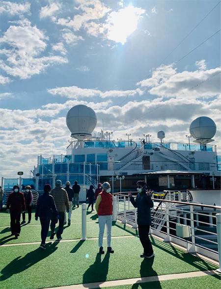 Những hành khách trên tàu Diamond Princess được lên boong tàu hóng gió từng đợt sau ngày 7/2. Ảnh: Global times.